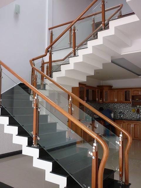 Mẫu cầu thang đá hoa cương kính và tay vịn gỗ hiện đại nhất
