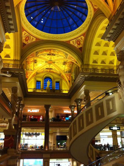 Forum Shops - escada rolante em caracol e decoração.
