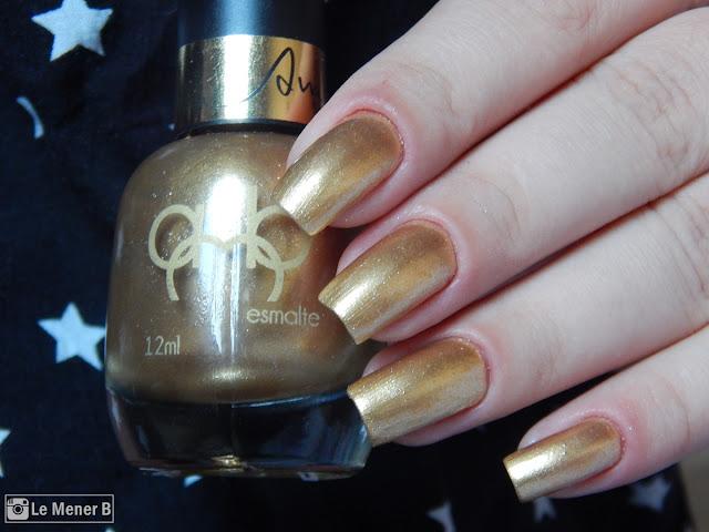 unhas com esmalte dourado