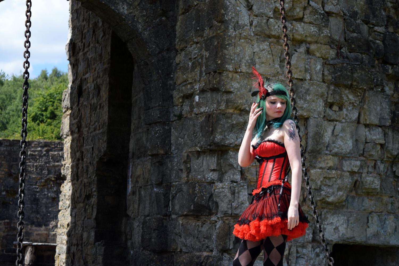 Look Burlesque d'inspiration charleston, Corset rouge et noir, jupe frou-fou GLP, escarpins Iron Fist American Nigthmare et headband de la créatrice Mandzou