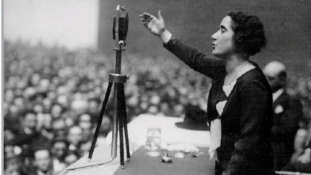 Clara Campoamor en su discurso por el voto femenino el 1 de octubre de 1931.