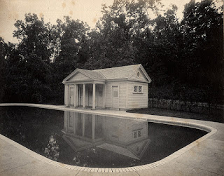 Poolhouse en bordure d'une piscine.