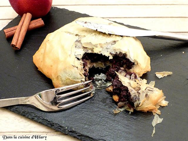 Pastilla au boudin noir, pommes, pignons, raisins et miel