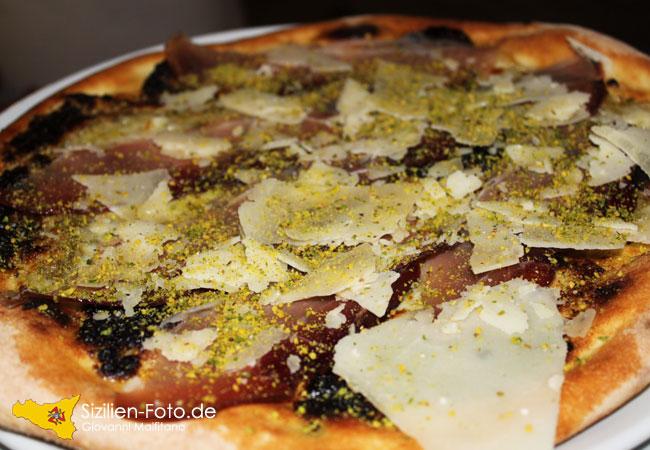 Pizza mit Pistazien vom Vulkan Ätna