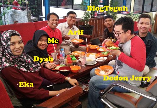 BLOGGER PONTIANAK :  Inilah kami 7 blogger yang diundang oleh Restoran Pak Usu Pontianak sedang diabadikan bersama.  Foto istimewa