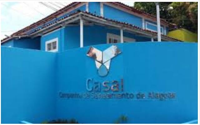 Casal trabalha para consertar rompimento de adutora em cidades sertanejas