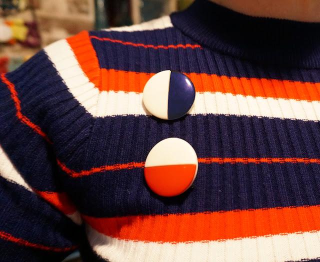 broches années 70 ... si vous suivez , boucles d'oreilles mises en broche  2 tone round brooch vintage années 70 1970s