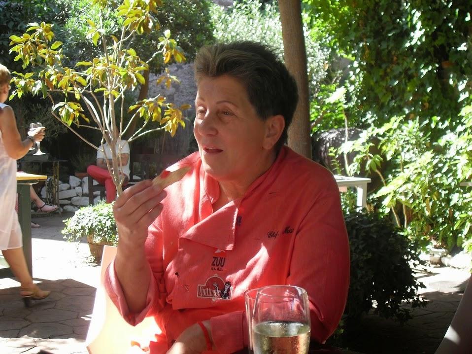 Montse Estruch en el jardin de su restaurante
