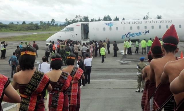 Pesawat Garuda Indonesia mendarat perdana dengan mulus di Bandar Udara (Bandara)  Silangit Kabupaten Tapanuli Utara, Selasa (22/3/2016) pukul 11.30 WIB