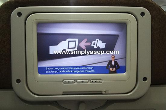 """AVOD: Audio Video On Demand atau AVOD ini biasanya ada dalam pesawat Garuda Indonesia seri  737-800 Next Generation.  Fitur Garuda In-flight Personal Entertainment System ini menyajikan banyak hiburan musik atau film keren  Selama terbang saya nonton """"The Hobbit"""".  Keren. Foto Asep Haryono"""
