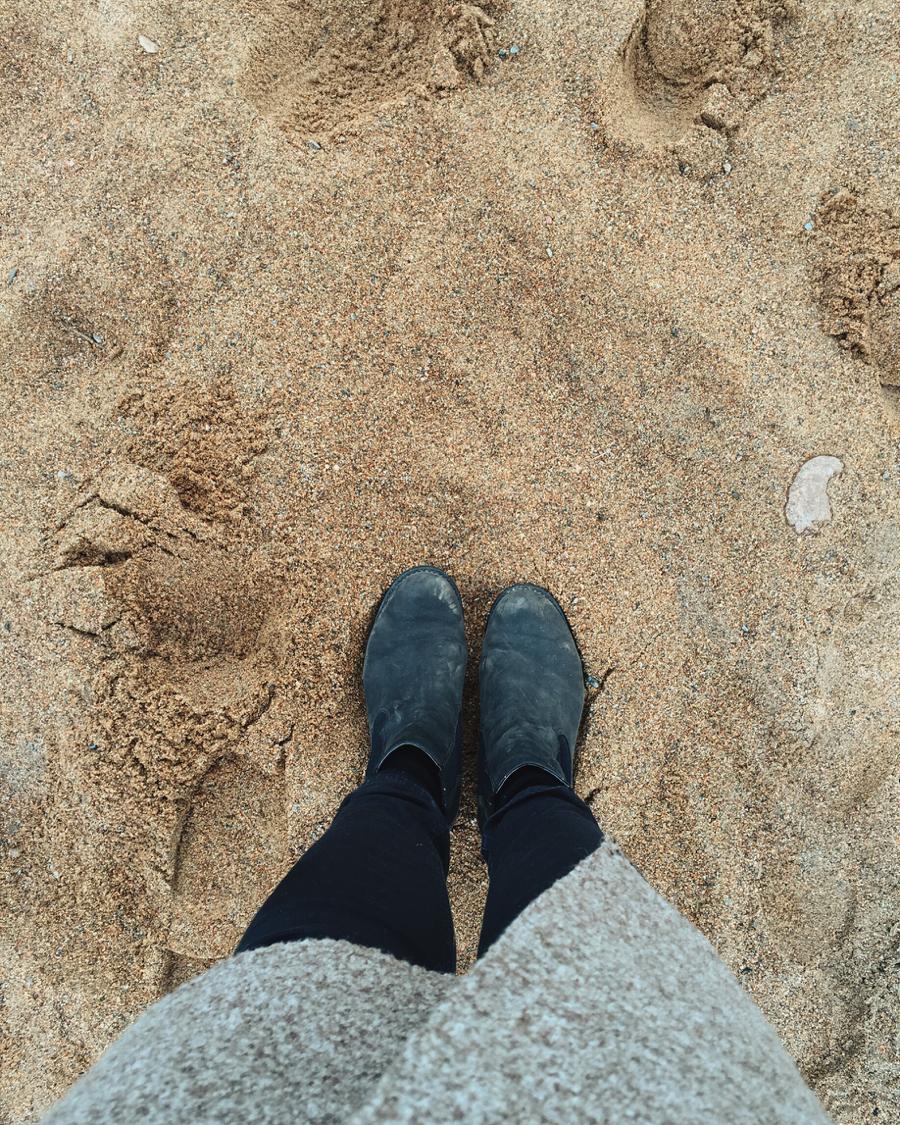 jalat hiekkarannalla