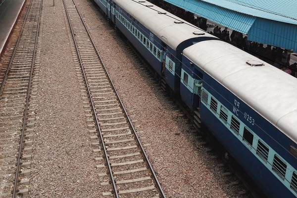 Stones pelted at Shatabdi Express in UP, no one injured