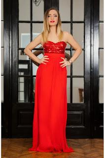 rochie de seara rosie din paiete si decupata la spate