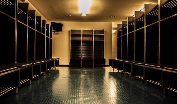 Foto minimalista destacando el punto de fuga de los vestidores de un estadio de futbol