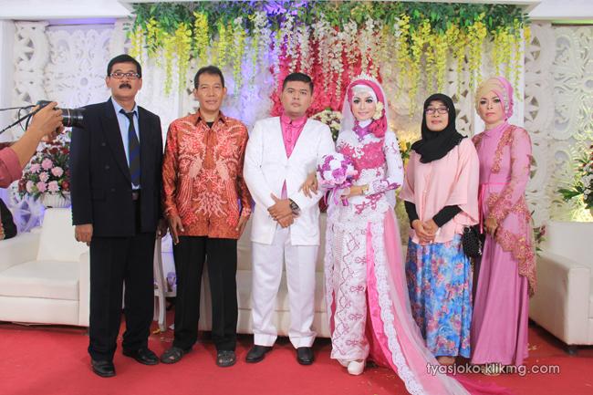 Foto Liputan Pernikahan Tyas & Joko | Bag.10 - Pose Foto Keluarga & Kerabat 4 Pada Resepsi Pernikahan Tyas & joko 10 Juli 2016 | Klikmg.com Fotografer Pernikahan Purwokerto