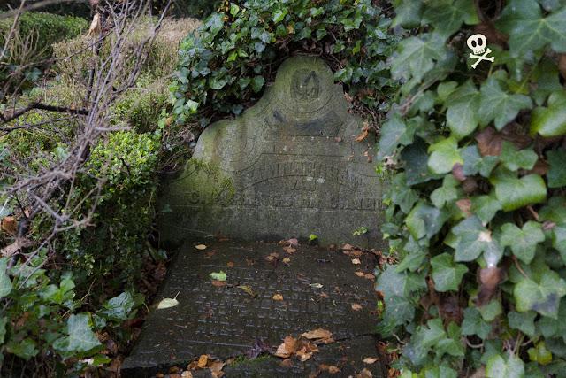 Un anagrama decorando la estela funeraria