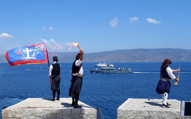 «Μιαούλεια 2018»: Υποδοχή πλοίου του Πολεμικού Ναυτικού στην Ύδρα από του μπουρλοτιέρηδες