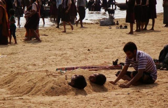 Mengubur Anak-anak di pasir - Karnataka