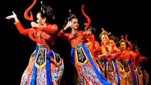 Seni-Tari-Jaipong-Jawa-Barat-keunikan-gerak-dan-properti-pakaina
