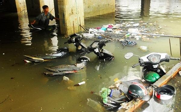 hầm gửi xe chung cư chìm trong biển nước khi trời mưa