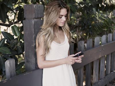 Mirando el móvil