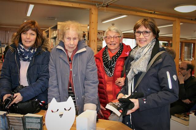 Randi Venke Flækøy, Marit Andberg, Kristi G. Bakken og Ann-Lisbeth Lind Bakken  tykte Lahlum var artig å høyre på. Foto: Sigrun Eide