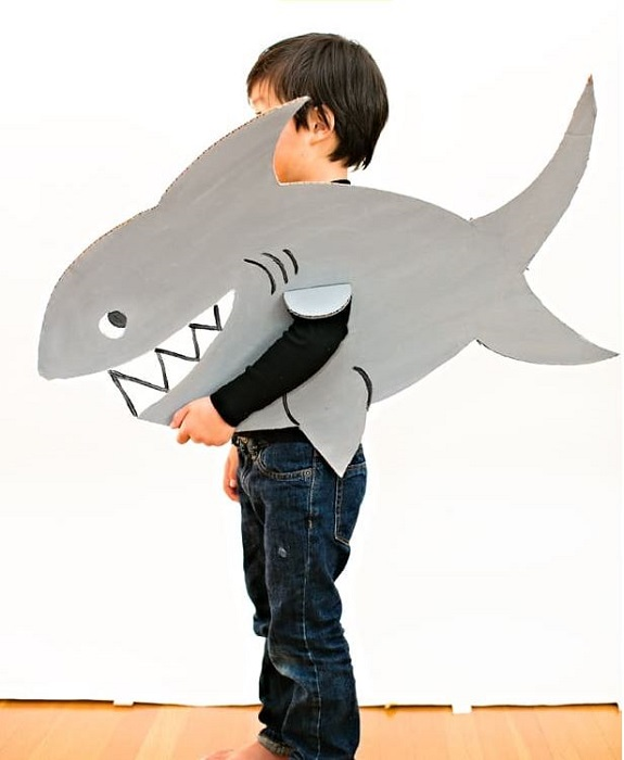 https://www.hellowonderful.co/post/EASY-SHARK-CARDBOARD-COSTUME-FOR-KIDS/#_a5y_p=4384916
