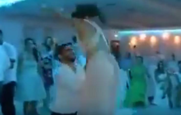 شاب يضع عروسه في موقف محرج في حفل زفافهما! شاهدوا ماذا فعل بها...