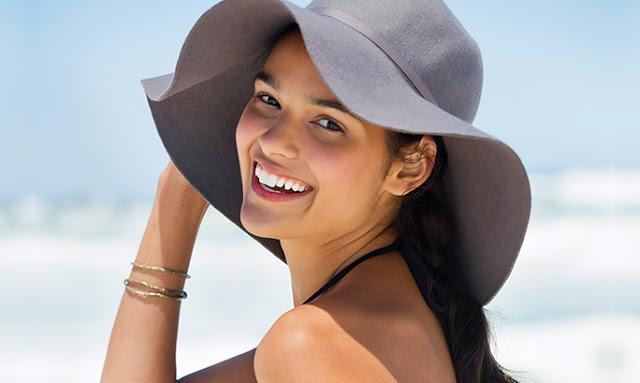 Καλοκαίρι γυναίκα με καπέλο καφέ βραχιόλια χρυσά χαμογελά
