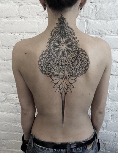Este deslumbrante Mandala design tem tudo o que você deseja em uma tatuagem