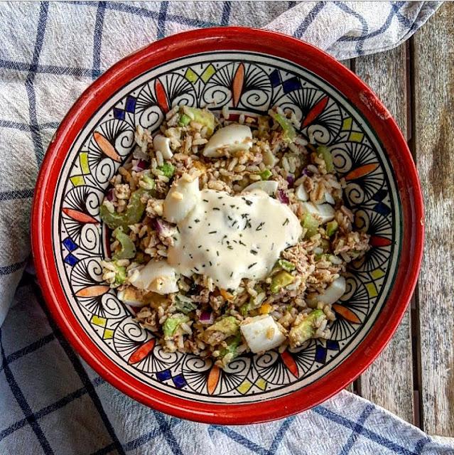 Salade de riz healthy thon céleri oignon oeuf et avocat charlotte and cooking
