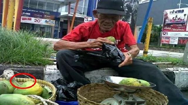Si Kakek Sedih Mangga Dagangannya Ditawar Sadis 4 Ibu, Tak Disangka Apa yang Dilakukan Ibu ke 5 Buat Kakek Haru Bersyukur!!