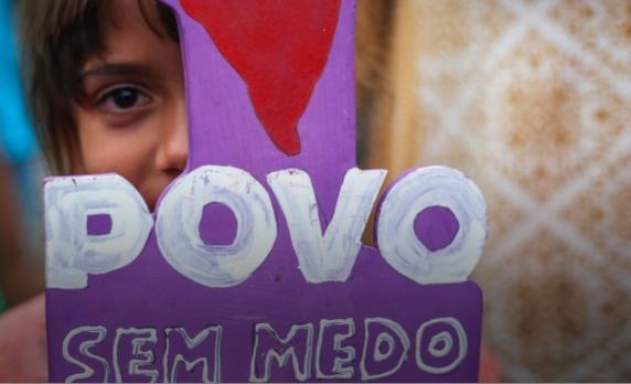 """5. Em 1964, o golpe também não tinha esse nome. Era """"revolução"""". Era mal disfarçado, como hoje. É pouco provável que o governo seja derrubado com tanques na rua –apesar de muitos opositores de Dilma pedirem isso. Mas há outras formas de se desrespeitar a democracia e derrubar um governante, e é isso o que a oposição, a mídia e setores do empresariado e do judiciário estão fazendo. Não há tanques, e pode se usar o nome que quiser. Mas, na prática, é golpe.  6. Governo não é como roupa, que se não serve ou você não gostou da cor você vai lá e troca. Numa democracia, a troca é pelo voto. Se não, é golpe.  7. Se todos os canhões da mídia, do judiciário e do empresariado estão voltados contra apenas um partido, o interesse não é o bem público ou a moralização da política. O interesse é prejudicar apenas esse partido para ganhar o poder no tapetão. E aí, novamente, não tem como dourar a pílula: é golpe."""