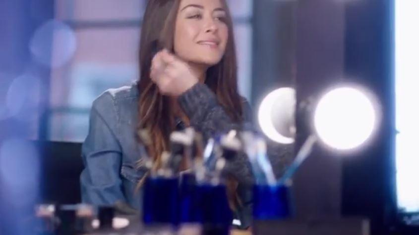 Modella Nivea pubblicità Anche fuori casa Giorgia Palmas si strucca con le NIVEA Salviettine Struccanti Creme Care. con Foto - Testimonial Spot Pubblicitario Nivea 2017