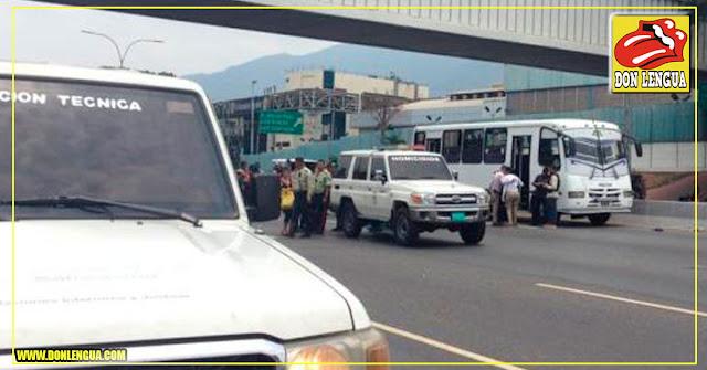 Mueren a tiros dos pasajeros dentro de autobús asaltado en la Francisco Fajardo