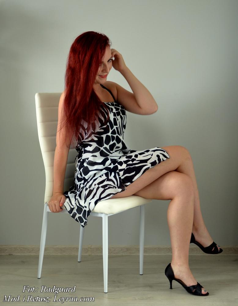 19.07.16 Sukienka w czarno-białe wzory rozkloszowana bez ramiączek, czarne obcasy z peep toe, Radom