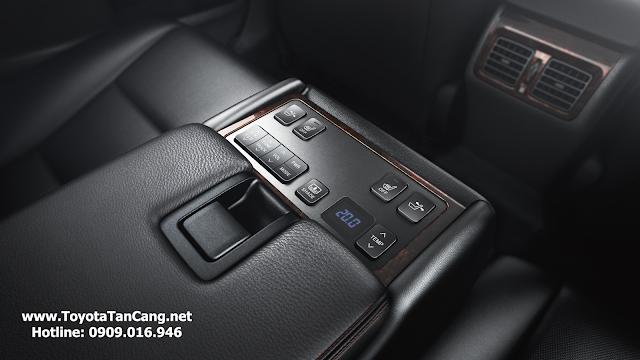 Ghế sau của Toyota Camry 2.5Q (bản cao cấp) có thể ngả lưng chỉnh điện