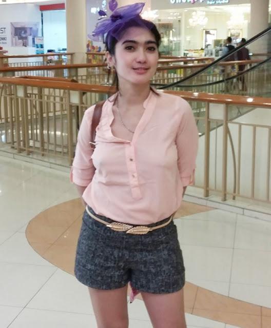 Foto Hot Revi Mariska Tak Pakai Bra