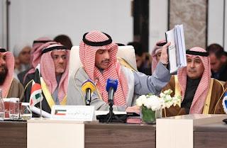 """رئيس مجلس الأمة الكويتي يرمي وثائق """"خطة ترامب"""" في سلة المهملات ويقول مكانها مزبلة التاريخ"""