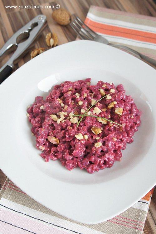 Spatzle di rape rosse con panna e noci ricetta spatzli gnocchi tedeschi come prepararli