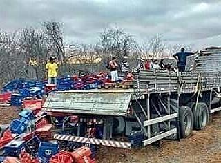Caminhão carregado de cerveja capota em tentativa de assalto