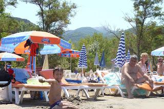 Izan jugando en la playa de Içmeler.