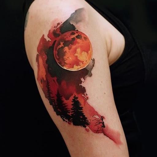 Mortal bela lua de sangue manga da tatuagem. O meia tinta de design de tatuagem nos dá um pequeno vislumbre da lua de sangue e a terrível noite que está para vir. Ele cria suspense e emoção dentro do projeto.