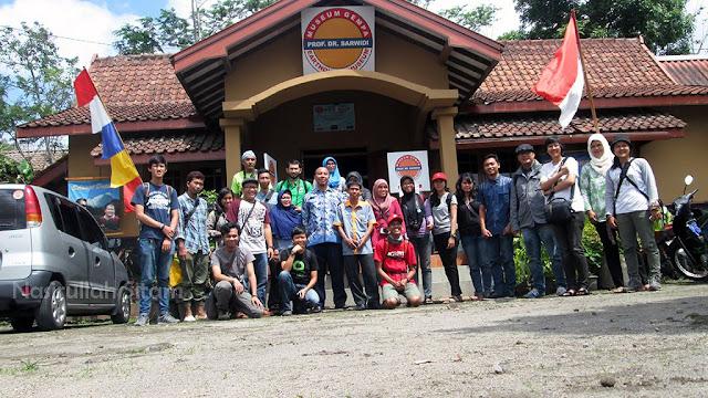 Foto bareng di depan Museum Gempa Yogyakarta