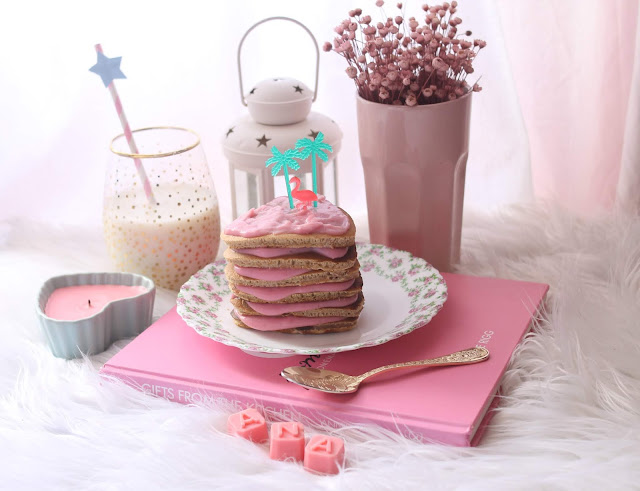 Tortitas de uvas pasas y canela con crema pastelera rosa
