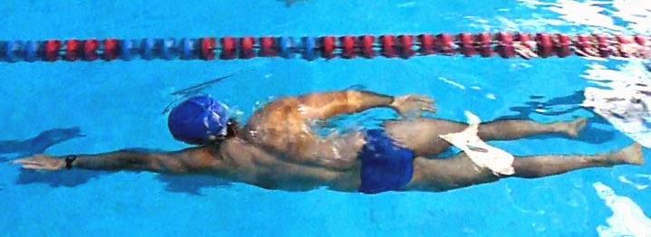 Nadar es un excelente ejercicio para unas piernas más ligeras