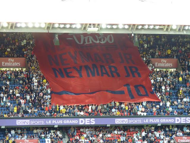 """""""Bem vindo Neymar JR"""" le tifo de bienvenue de Neymar au Parc des Princes"""