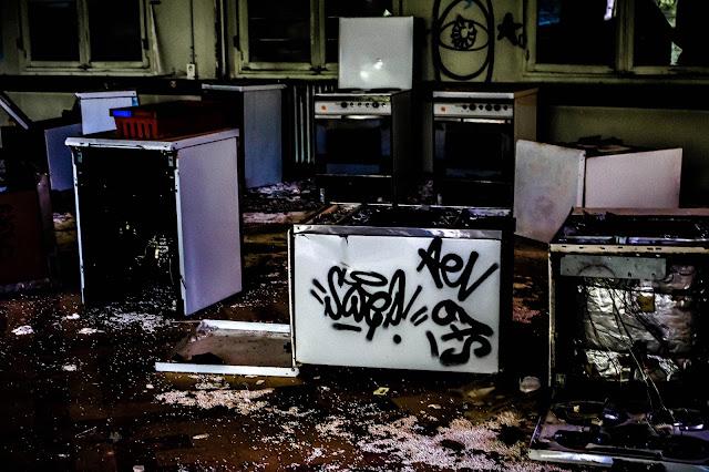 photo d'un grouoe de gazinières cassées du sanatorium abandonné