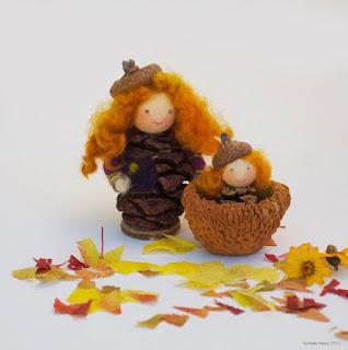 fatine dell'autunno con ghiande e pigne