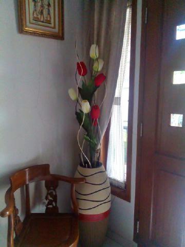 Ranting Inul Tulip Lurus Merah Putih Dengan Vas Gerabah Gendang Finishing Pasir Sebagai Dekorasi Sudut Ruang Tamu Kiri Detil Produk Bisa Klik Di Sini